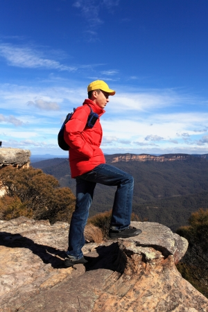 tableland: A bushwalker hiker looks out at views to Kings Tableland and Jamison Valley from Flat Rock Blue Mountains Australia