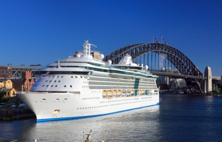Sydney, Australien - 1. Dezember 2013, Royal Caribbean Cruises Radiance of the Seas strahlend im Hafen von Sydney Circular Quay, Harbour Bridge im Hintergrund