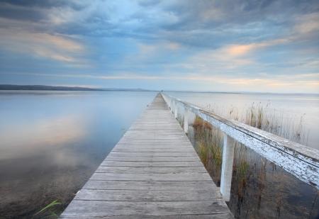 長い突堤セレニティ - だけで常にその上の至福を達成する彼の孤独の中で瞑想者は、彼の魂のために有益な孤独で瞑想させて。 写真素材
