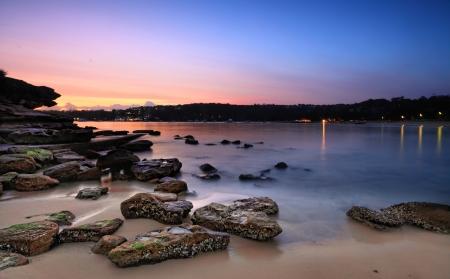 rocky point: Cattura alba dal lato sud di Rocky Point Island. Il lavaggio marea dentro e fuori sulle rocce litorale. Gli acquirenti - Movimento, lunga esposizione.