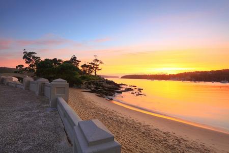 rocky point: Sunrise at Balmoral Beach guardando verso Rocky Point Island su una spettacolare mattina d'estate