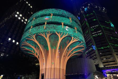 ciclo de vida: SYDNEY, NSW, AUSTRALIA - 06 de junio 2014; Un día en la vida de un árbol del bosque poderoso - Instalación Vivid en la construcción de viajeros Comercial Asociación en Martin Place, por el Proyecto Árbol Urbano durante Vivid Festival anual Vivid es administrado por el NSW Governmen