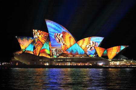 SYDNEY, AUSTRALIE - 2 juin 2014; Vivid Sydney Festival, de belles images de papillon projetée sur l'Opéra de Sydney pendant le festival annuel de la lumière vive, de la musique et des idées Banque d'images - 29280553