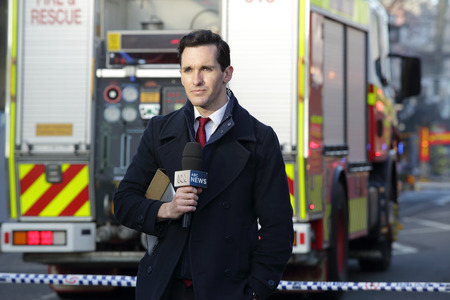 camion pompier: Rozelle, AUSTRALIE - 4 septembre 2014; ABC Nouvelles Reporter � la sc�ne couvrant l'incident tragique Rozelle apr�s une explosion suspecte magasin co�t� la vie � trois personnes et d'autres endurcis. Incident a ferm� la route principale pendant plus de trois jours.