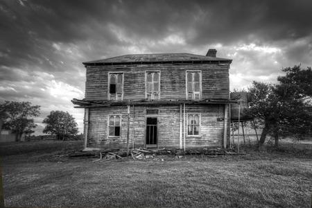 Ein verfallenes zweistöckige viktorianische georgischen Bauernhaus mit Wellblechdach mit Dachbodenraum und corbelled gemauerten Kamin, nicht mehr lebte. Es hatte einmal eine Obergeschoss Veranda mit ausgefallenen schmiedeeiserne Gitterwerk. Es liegt zwischen dem Haw