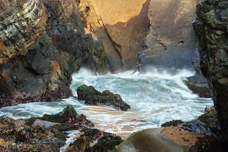 baratro: Una delle onde pi� piccole provenienti attraverso la Suparloaf Point grotta marina baratro con la bassa marea.