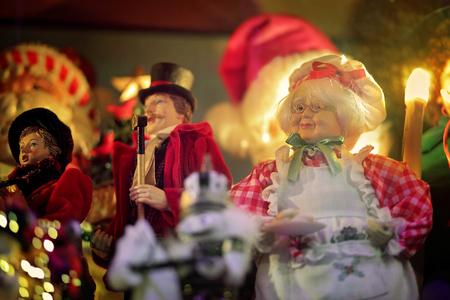 mrs: LALOR PARK, AUSTRALIA - 23 de diciembre 2014; Adorable placa se�ora Claus en el delantal de la celebraci�n de los alimentos y los figurines escaparate de Navidad