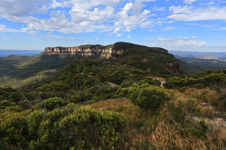 Views over to the Narrowneck Plateau in  the scenic Blue Mountains, it separates the Jamison and Megalong Valleys Stock Photo