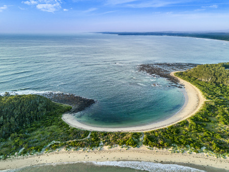 Broulee spit  and the south facing beach of 350 metres backed by the tombolo to Broulee Island. Banque d'images