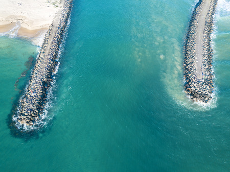 The breakwall groynes and entrance to Lake Illawarra on the south coast near Wollongong Banque d'images
