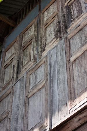 revestimientos: Esta casa se ha construido durante a�os. La luz del sol y las lluvias erosionan sus revestimientos de pared de material de madera.