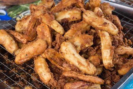 platanos fritos: Pl�tanos fritos son uno de los bocados tailandeses. Pl�tanos para ser cortados o rebanados por la mitad, y se sumerge en la masa. Luego cocine con aceite caliente en una sart�n.