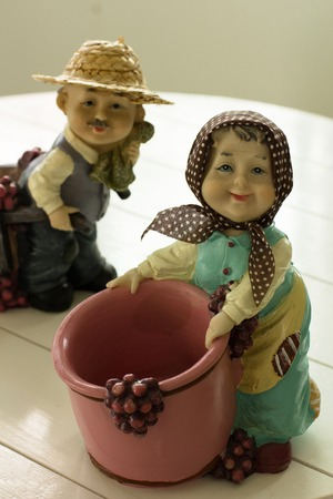 カップル農家の楽しそうに立っています。彼らは新鮮なブドウを拾って業務を遂行しているし、ものを収穫ラッキングします。