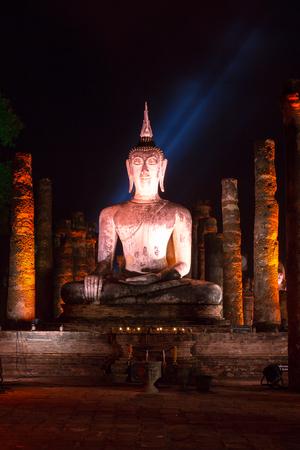 約 700 年前に建てられたワットマハタート寺院と呼ばれる古代寺院で仏像に置かれた丁重に従事しました。寺は今世界遺産スコータイ歴史公園の一部 写真素材
