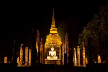 ワット寺ラグーンと緑が約 700 年前、囲まれて作成した Sa Si と呼ばれる古代寺院。寺は今世界遺産スコータイ歴史公園の一部です。 写真素材 - 50822758