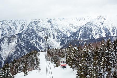新穂高ロープウェイ cimbs 穂高岳、日本側の第 3 最も高いピーク。ロープウェイは、日本ではこの種の最初の 2 階建てゴンドラを運営しています。
