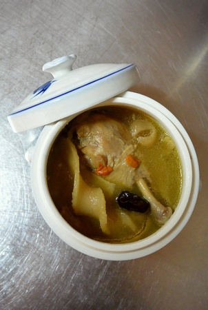 sopa de pollo: Sopa de pollo con hierbas tradicionales chinas