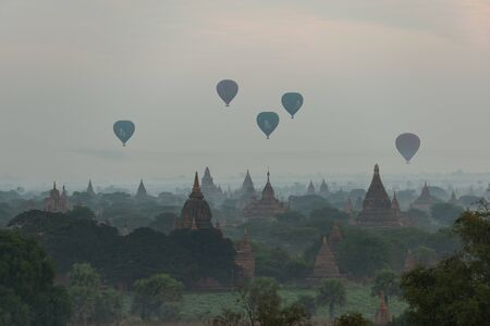 The land of the pagoda in the morning has fog and balloons, Bagan is an ancient city and it has been certified by UNESCO as a World Heritage Site. Located in Mandalay Region, Myanmar 新聞圖片