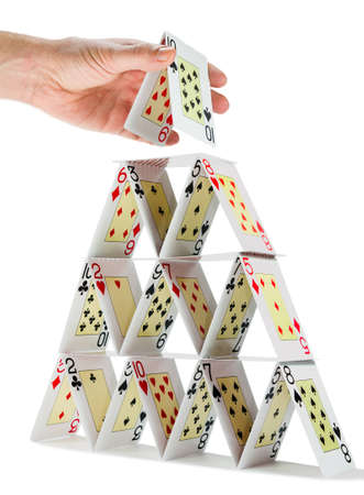 Faible angle d'un homme remplissant un château de cartes isolé sur blanc Banque d'images - 33355878
