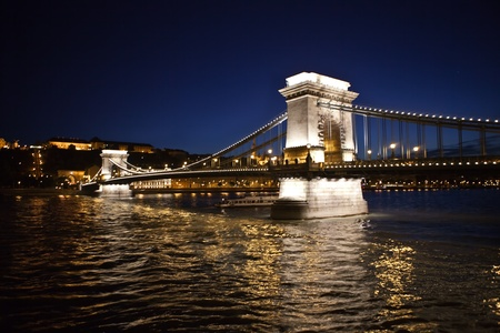 A nighttime photo of the Chain Bridge in Budapest, Hungary  The bridge spans the Danube River  Redactioneel