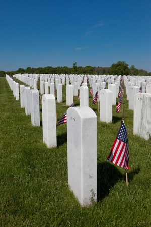 This is a photo of grave markers at the Great Lakes National Cemetery. Each grave is marked with a small American flag for Memorial Day. Sajtókép