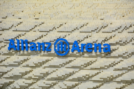 Günzburg DUITSLAND 29 april 2015: Legoland voetbalstadion van LEGO stenen Redactioneel