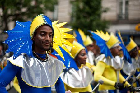 パリ, フランス - 2012 年 7 月 7 日: 毎年恒例の夏の熱帯カーニバルでパリの路上パフォーマー。このカーニバルが行われる毎年 7 月パリの 11 区。