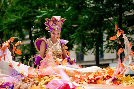 パリ, フランス - 2012 年 7 月 7 日: 毎年恒例の夏の熱帯カーニバルでパリの路上で女性パフォーマー。このカーニバルが行われる毎年 7 月パリの 11 区
