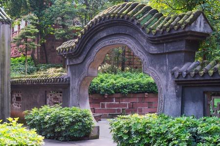 Puerta de piedra tradicional en un templo taoísta en Chengdu, provincia de Sichuan, China Foto de archivo - 83151608
