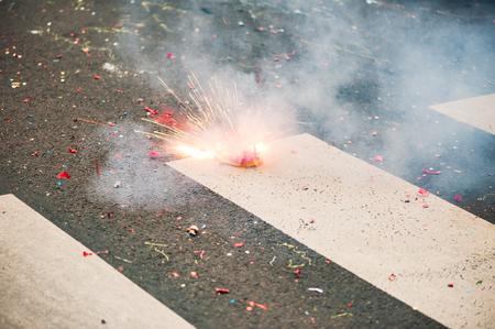 Petardo che esplode sull'asfalto di una strada Archivio Fotografico