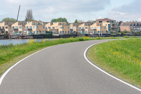 Empty curved road on a dam in the dutch countryside, Capelle Aan Den Ijssel, Netherlands Stockfoto