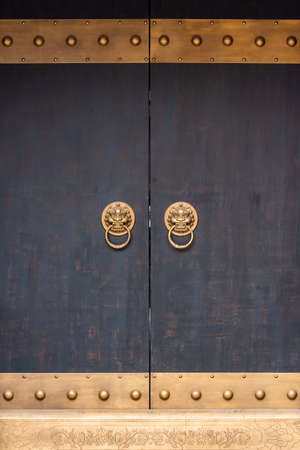 Ancient Chinese traditional door with door knockers in Chengdu, Sichuan province, China Banque d'images