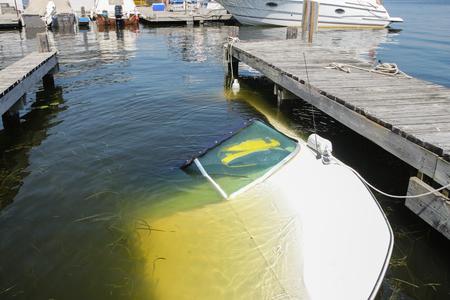 Een boot zonk bij het dok waar het was vastgemaakt; de eigenaar vergeten de afvoerplug te installeren ...