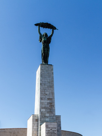 bid: La estatua de la Dama de la Libertad en la colina Gellert en Budapest, Hungría, que probablemente inspiró el logo de la candidatura olímpica