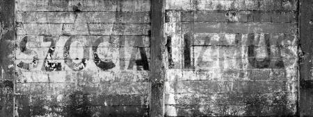 bijschrift: betonnen gevaarlijke muur met bijschrift
