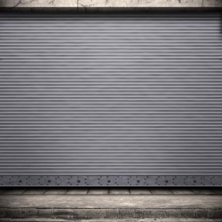 Pintado puerta de metal corrugado con muro conrete y tierra.