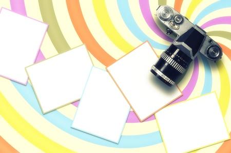 Tarjeta en blanco y c�mara de la vendimia en el fondo de color l�nea en espiral