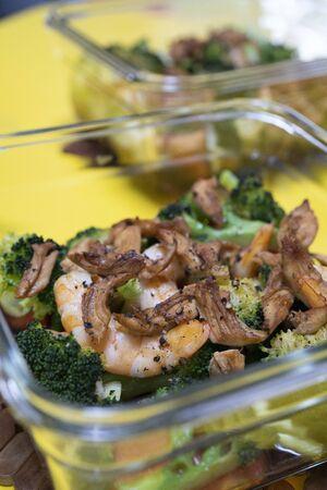 Delicious oven food, including broccoli, shrimp, chicken. 版權商用圖片