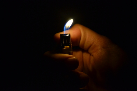 encendedores: Lighters in the hand