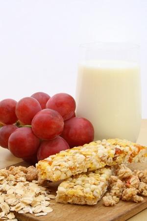 barre de c�r�ales: Barre de c�r�ales avec des raisins et le lait Banque d'images