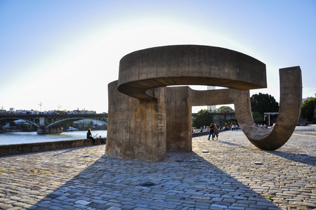 tolerancia: Monumento a la Tolerancia y el puente de Triana, Sevilla