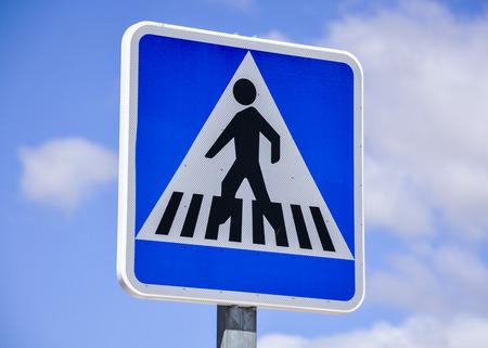 paso de cebra: signo paso de peatones Foto de archivo