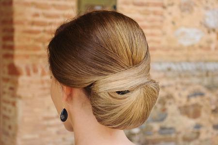 Détail d'une coiffure chignon pour un mariage