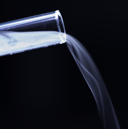 dioxido de carbono: Gas de di�xido de carbono fuera de un tubo de ensayo Foto de archivo