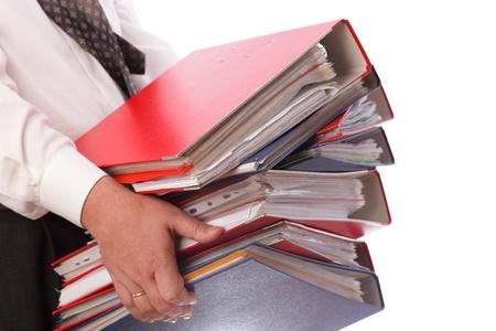 document management: man met stack van mappen stapel met oude documenten en rekeningen. Geïsoleerd op witte achtergrond Stockfoto
