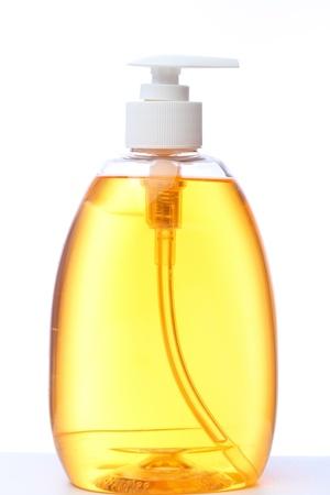 jabon liquido: botella con jab�n l�quido aislada sobre fondo blanco.  Foto de archivo