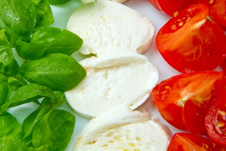 flag italy: Bandera de Italia hizo ingenio Mozzarella de tomate y albahaca  Foto de archivo