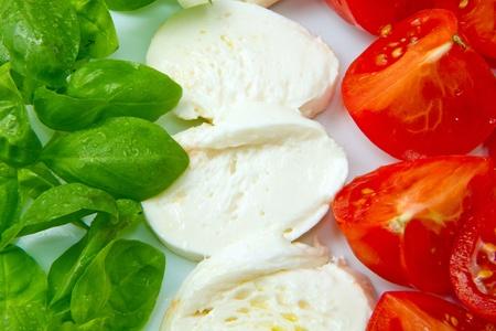 italien flagge: Italienische Fahne gemacht wit Tomaten Mozzarella und Basilikum  Lizenzfreie Bilder