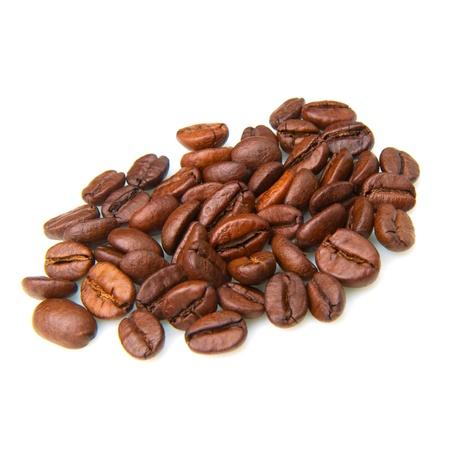 granos de cafe: Granos de café sobre un fondo blanco