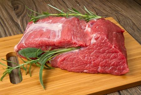 Brocken: riesige rotes Fleisch Chunk auf Holztisch Lizenzfreie Bilder